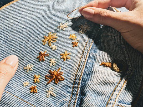 Lazy daisy borduursteek op jeansjas