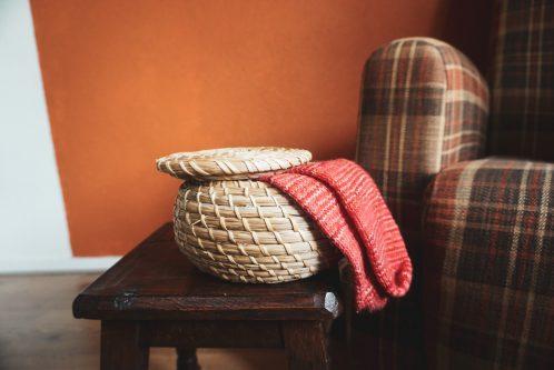 Gebreide sokken in rieten mandje