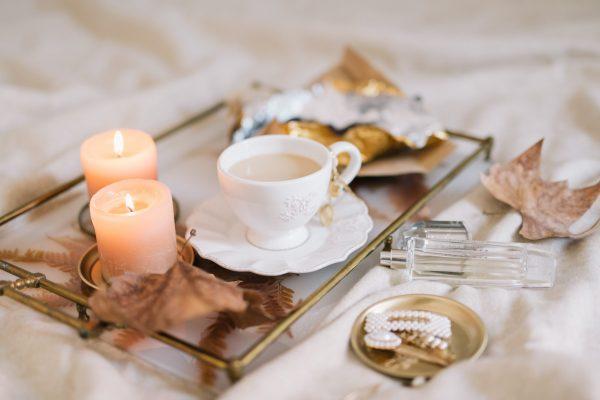Bord met duurzame kaarsen