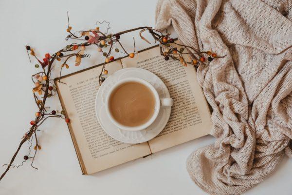 Een kop thee op een boek ter ont-prikkeling